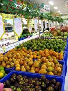 スーパーに並ぶフルーツ